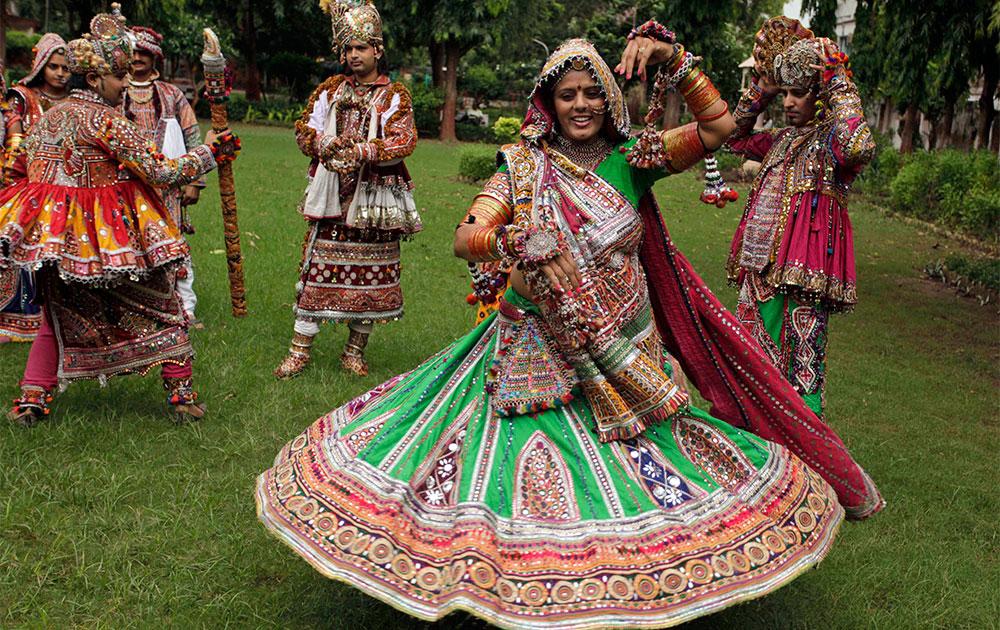 नवरात्री महोत्सव : अहमदाबाद येथे भारतीय पारंपरिक वेशात गरबा नृत्य