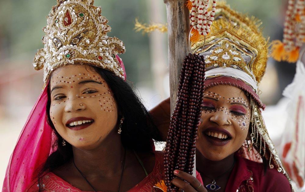 नवरात्रीनिमित्त देवीचा वेष परिधान केलेल्या तरुणी