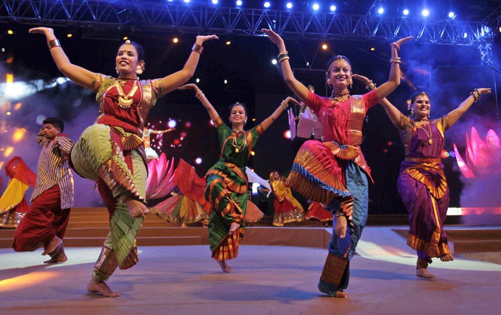 नवरात्री कार्यक्रमात नृत्य करताना अहमदाबादमधील महिला