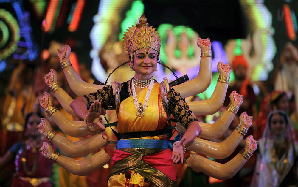 अहमदाबादमध्ये महिला कलाकार देवीच्या रूपात