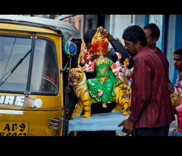 हैदराबादमध्ये देवीची मूर्ती घेऊन जाताना...