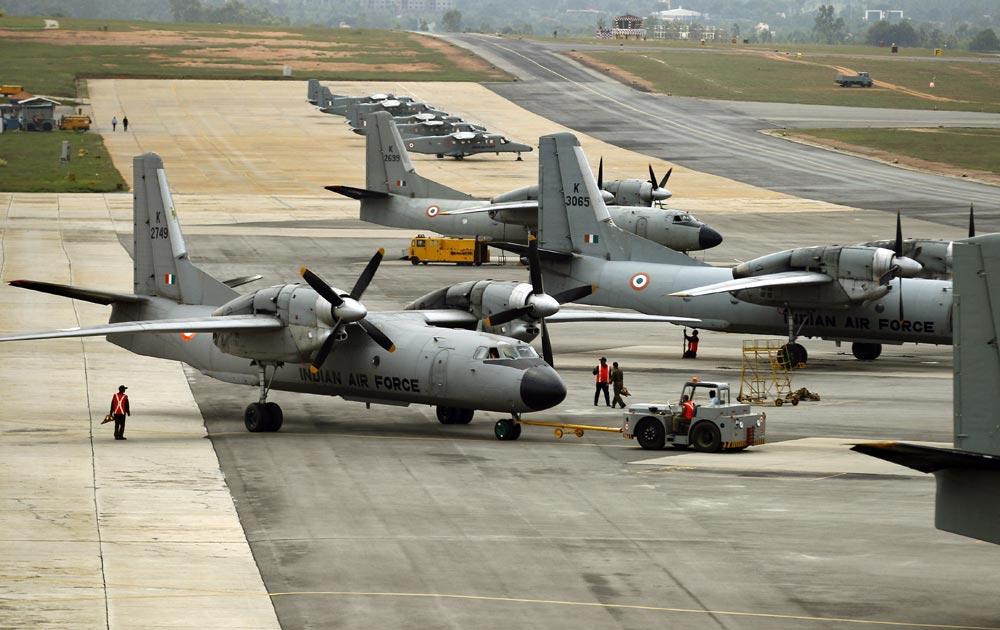बंगळुरू - एअर फोर्स डेच्या सेलिब्रेशनसाठी एलाहंका एअर बेसवर लँड झालेले एअर क्राफ्ट...