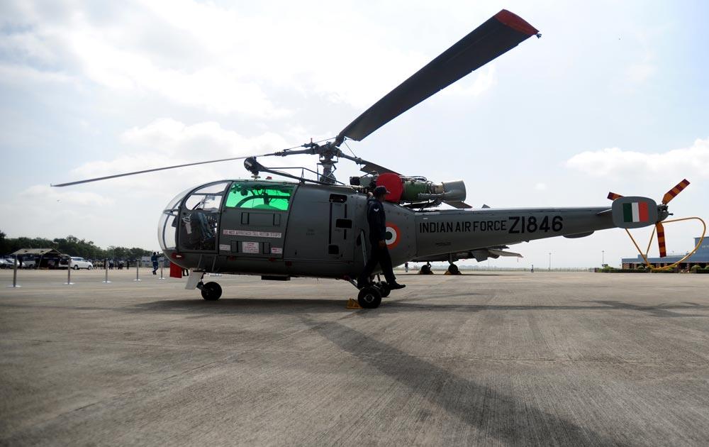 पुणे - भारतीय एअर फोर्सचं 'चेतक' हेलिकॉप्टर प्रदर्शनासाठी...