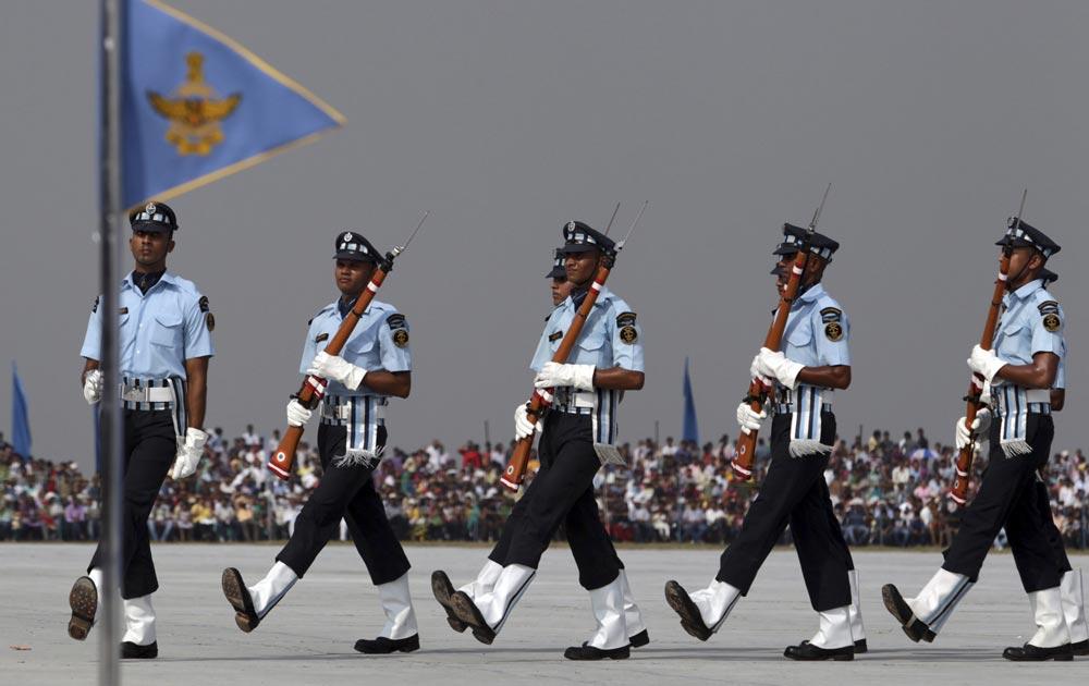 नवी दिल्ली - ८१व्या 'एअर फोर्स डे'साठीच्या दिवशी परेडची रंगीत तालीम करतांना एअर वॉरिअस ड्रील टीमचे जवान...