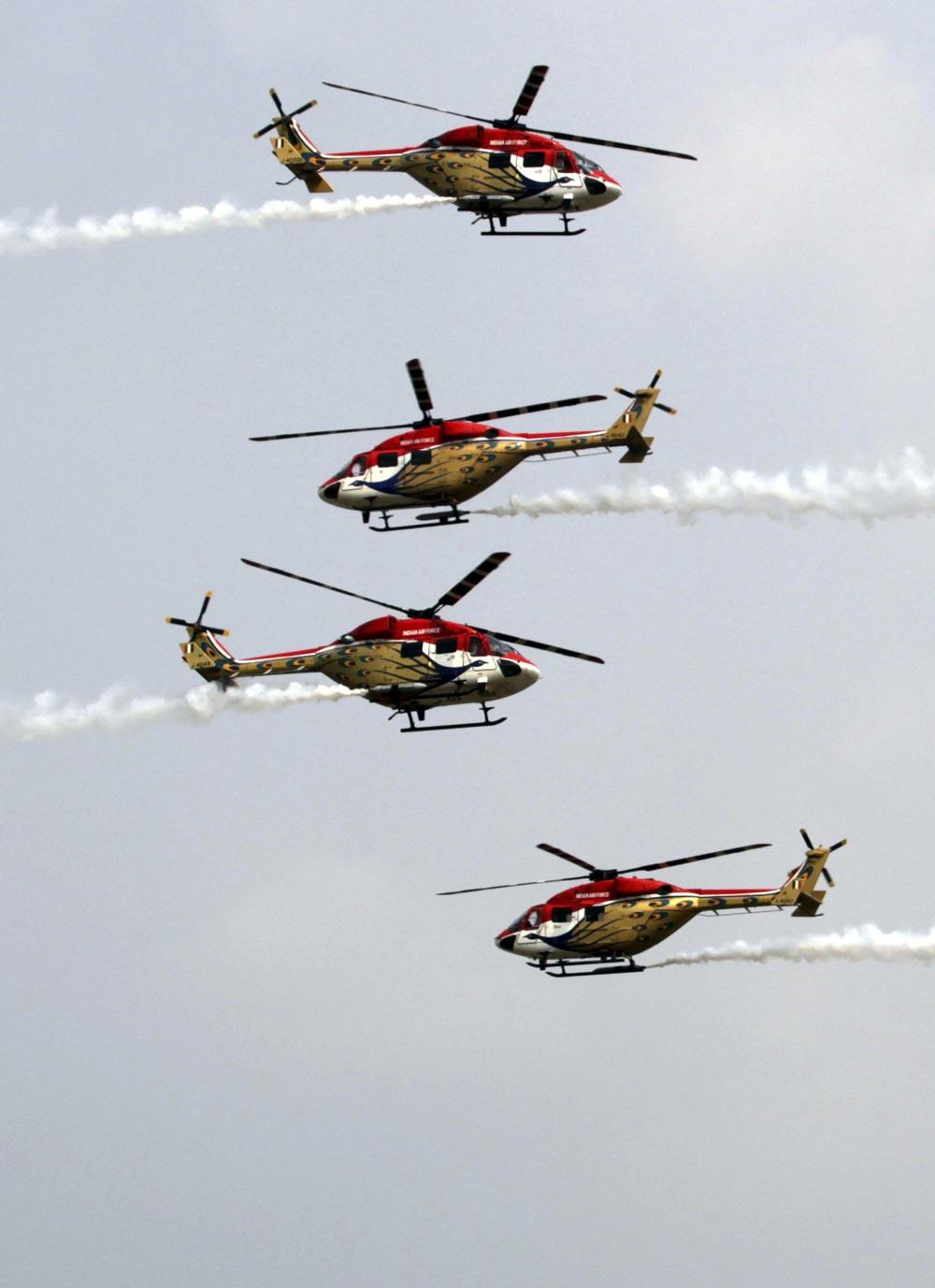 नवी दिल्ली - ८१व्या 'एअर फोर्स डे'साठीच्या दिवशी प्रात्यक्षिकांची रंगीत तालीम करतांना एअर फोर्सची 'सारंग' हेलिकॉप्टर...