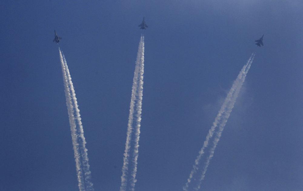 नवी दिल्ली - ८१व्या 'एअर फोर्स डे'साठीच्या दिवशी प्रात्यक्षिकांची रंगीत तालीम करतांना एअर फोर्सची पायलट जेट विमान...