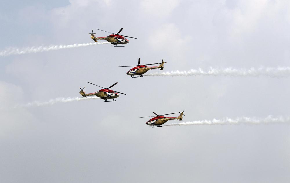नवी दिल्ली - ८१व्या 'एअर फोर्स डे'साठीच्या दिवशी प्रात्यक्षिकांची रंगीत तालीम करतांना एअर फोर्सचे 'सारंग' हेलिकॉप्टर...