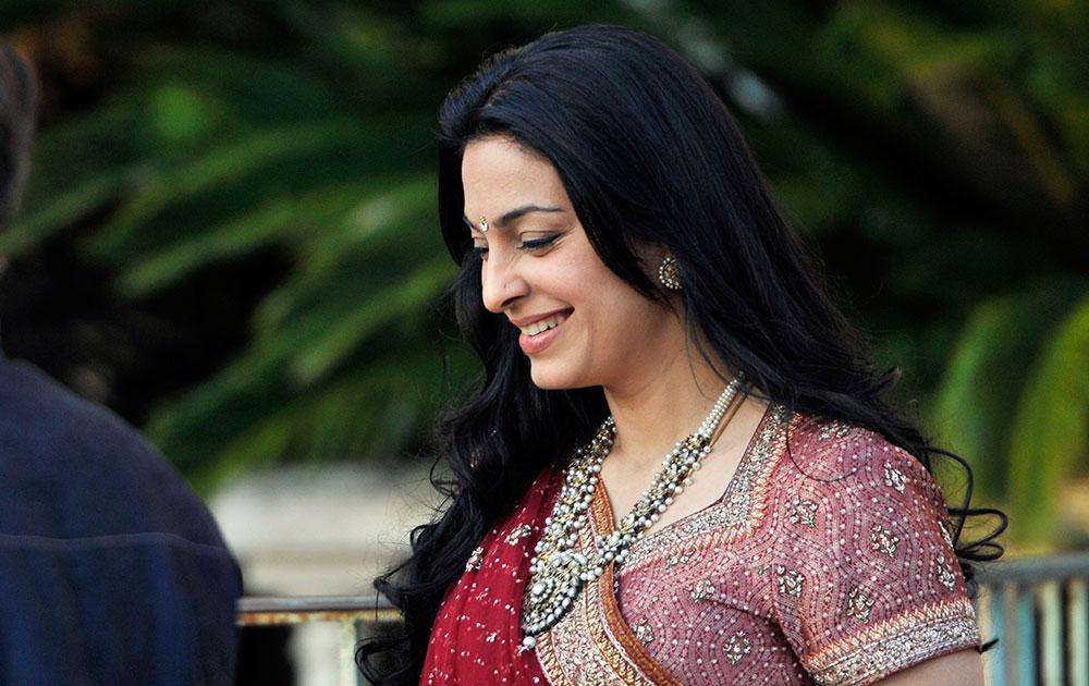 बॉलिवूड अभिनेत्री जुही चावलाची एक हास्य अदा. लंडन येथील एका कार्यक्रमात सहभागी झाली होती.