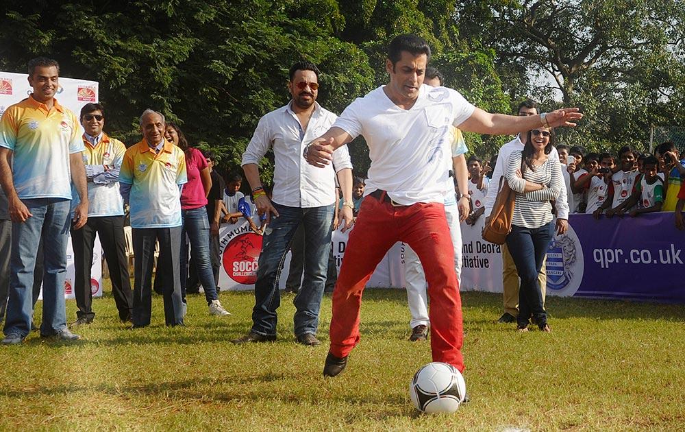 अभिनेता सलमान खाननं फुटबॉलला किक मारून ५व्या साऊथ मुंबई-मिलिंद देवरा ज्युनियर फुटबॉल स्पर्धेचं उद्घाटन केलं.