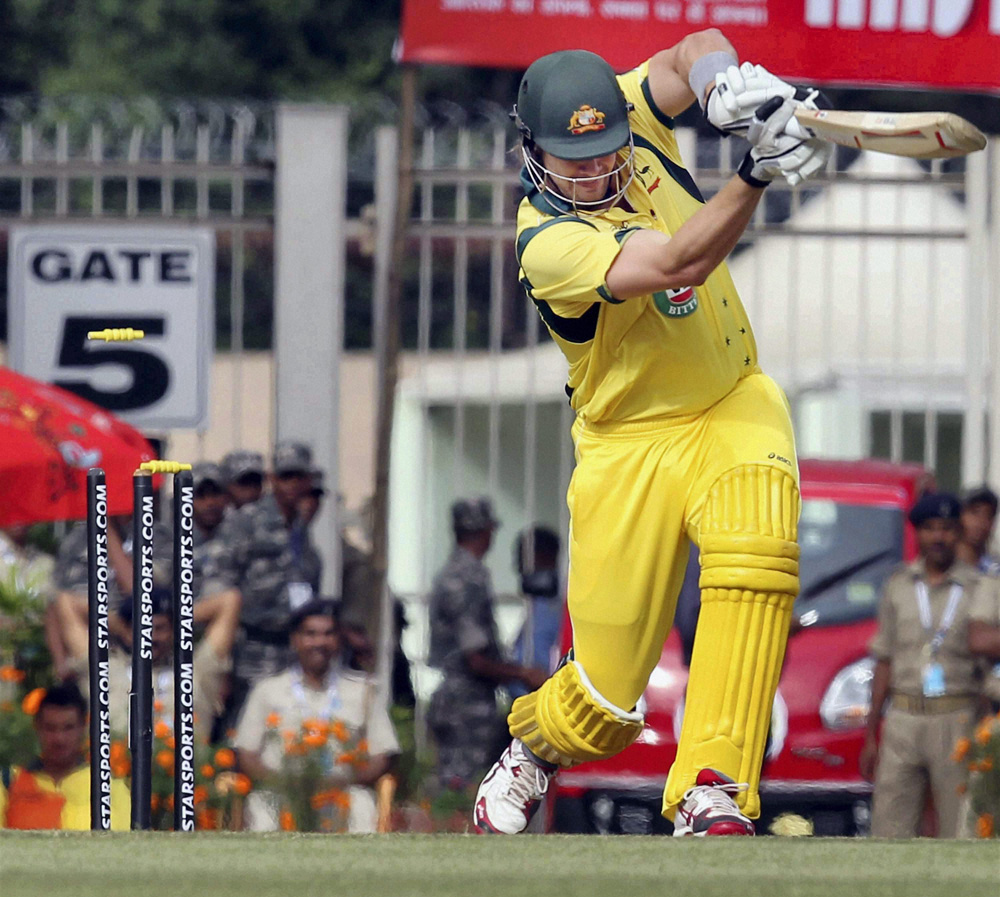 ऑस्ट्रेलियाचा वॉटसन एम. सामीच्या बॉलवर फटका मारतांना...