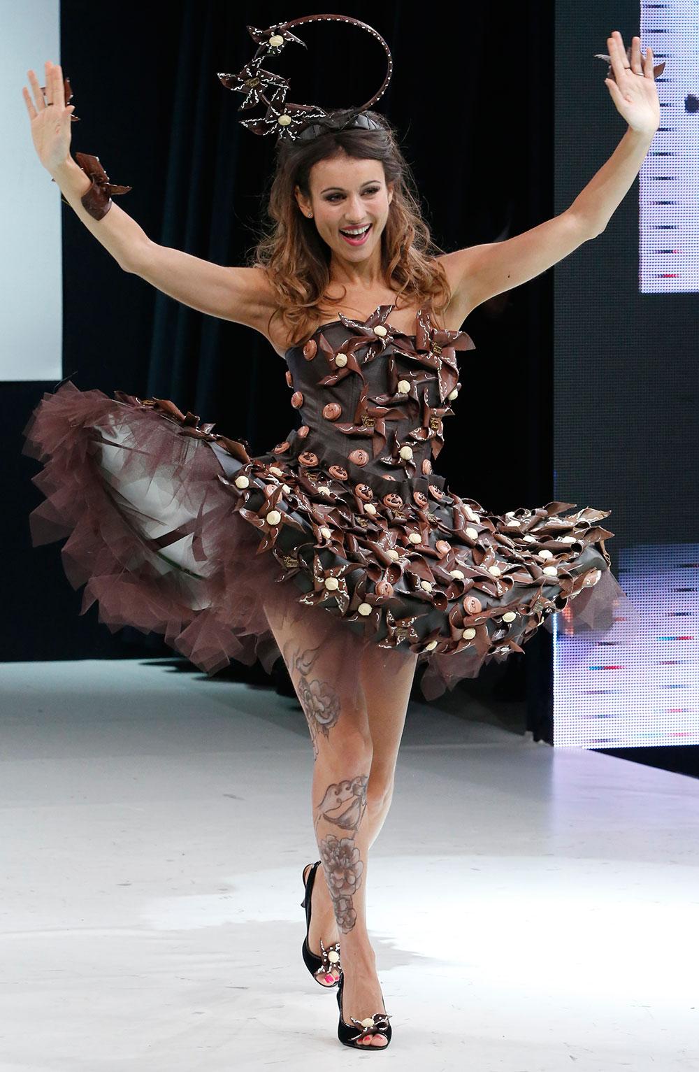 चॉकलेट ड्रेस फॅशन शोमध्ये चॉकलेटचा ड्रेस परिधान केलेली फ्रेंच मॉडेल