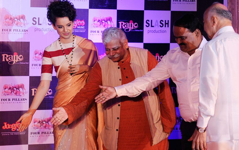 संरक्षण मंत्री सुशिलकुमार शिंदें सोबत अभिनेत्री कंगना राणावत 'रज्जो' सिनेमाचं म्युझिक लाँच करताना