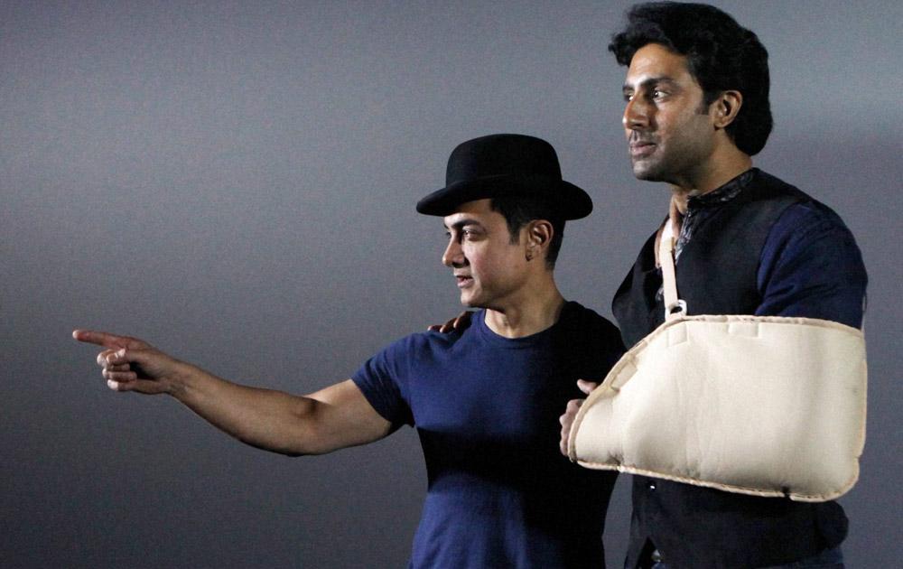 धूम ३ चं प्रमोशन करताना आमिर खान आणि अभिषेक बच्चन