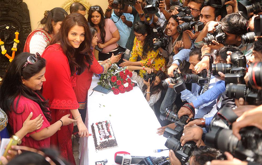 पत्रकारांसोबत आपला वाढदिवस साजरा करणारी ऐश्वर्या राय- बच्चन