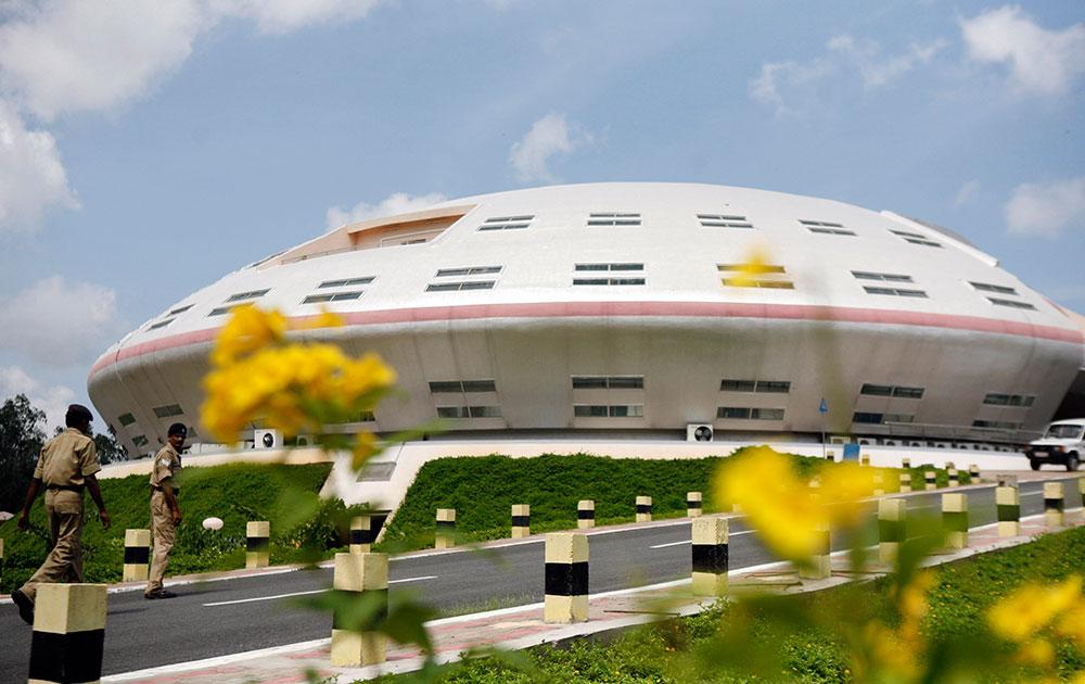 दक्षिण भारतातील आंध्र प्रदेश राज्यात, श्रीहरिकोटो येथील सतीश धवन अंतराळ केंद्रातून अंतराळ संशोधन करण्यासाठी मिशनसाठी नियंत्रण स्टेशनवर गार्ड उभे.