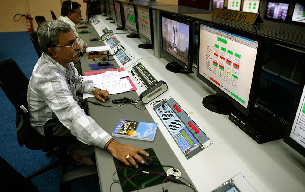 श्रीहरिकोटा सतीश धवन अंतरीक्ष केंद्रावर लाँच केलेला पीएसएलवी-सी25 याचे निरीक्षण कताना तज्ज्ञ