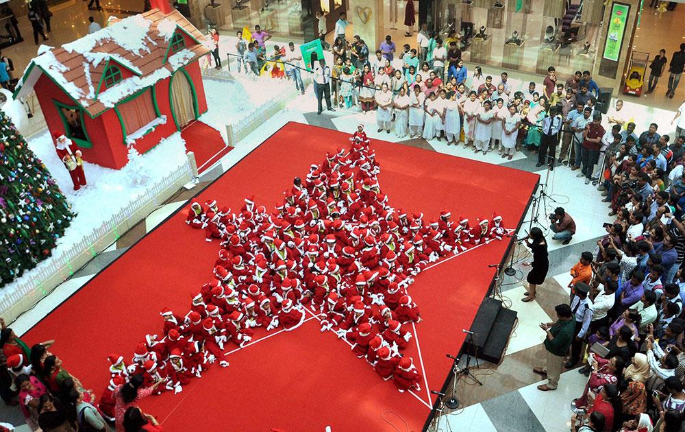 कोचीनमध्ये लहान मुलांनी सांताचा ड्रेस परिधान करून असा साजरा केला ख्रिसमस