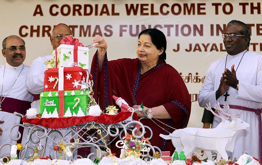 तामिळनाडूच्या मुख्यमंत्री जयललिता ख्रिसमसचा केक कापताना... चेन्नई