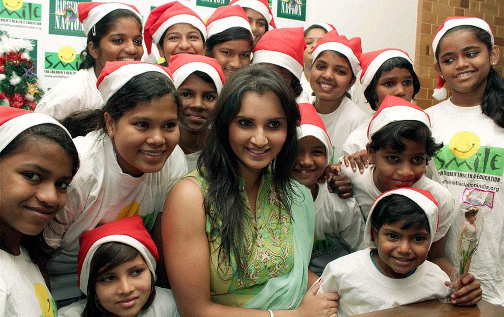टेनिसस्टार सानिया मिर्झा... मुंबईतील काही लहान मुलांसोबत ख्रिसमस साजरा करताना