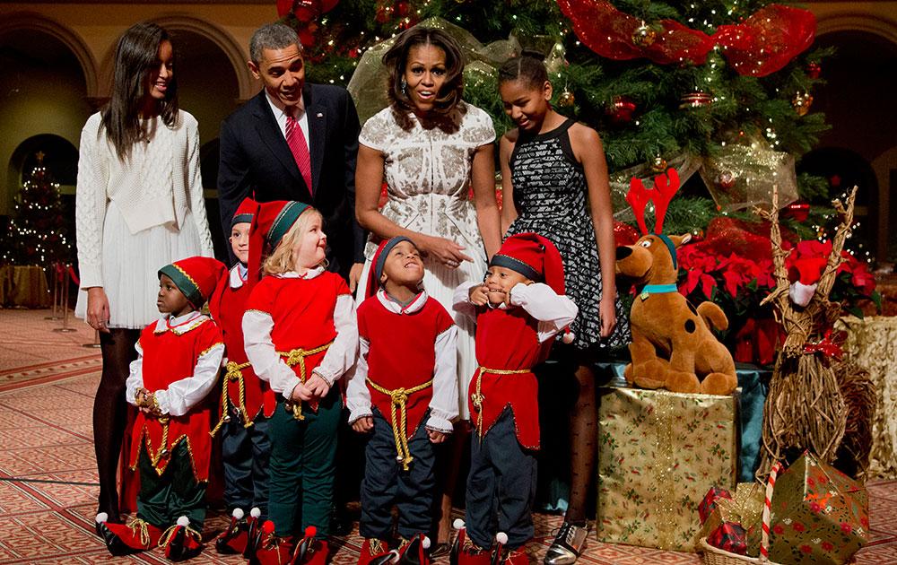 अमेरिकेतलं पहिलं कुटुंब... (डावीकडून) मालिनी ओबामा, बराक ओबामा, मिशेल ओबामा, साशा ओबामा... आणि लहान सांताक्लॉज