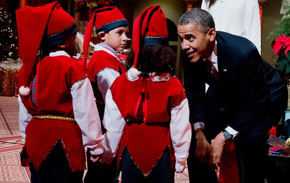 अमेरिकेचे राष्ट्राध्यक्ष बराक ओबामा लहान मुलांसोबत ख्रिसमस साजरा करताना... वॉशिंग्टन