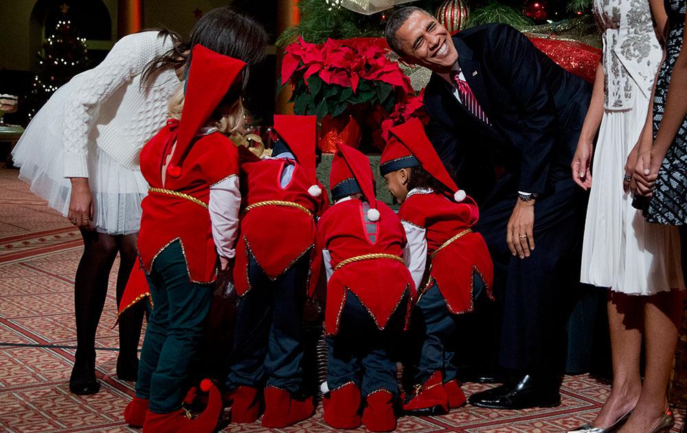 अमेरिकेचे राष्ट्राध्यक्ष बराक ओबामा लहान मुलांसोबत ख्रिसमस साजरा करताना...