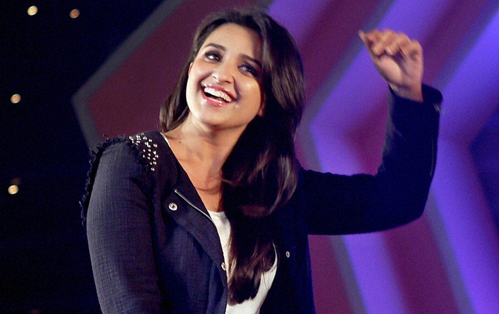 मुंबईतील मुलुंड फेस्टिव्हलमध्ये अभिनेत्री परिणीती चोप्रा आपल्या आगामी चित्रपट हसी तो फसीच्या प्रमोशन करताना