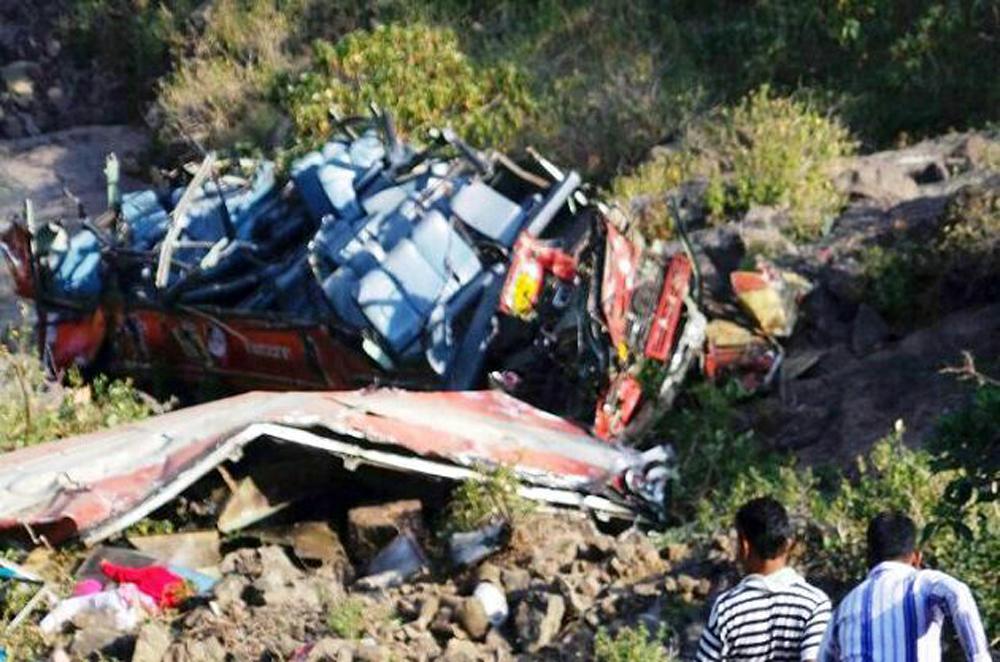 एसटी अपघातात ३७ ठार. वाहक-चालक यांचा मृत्यू