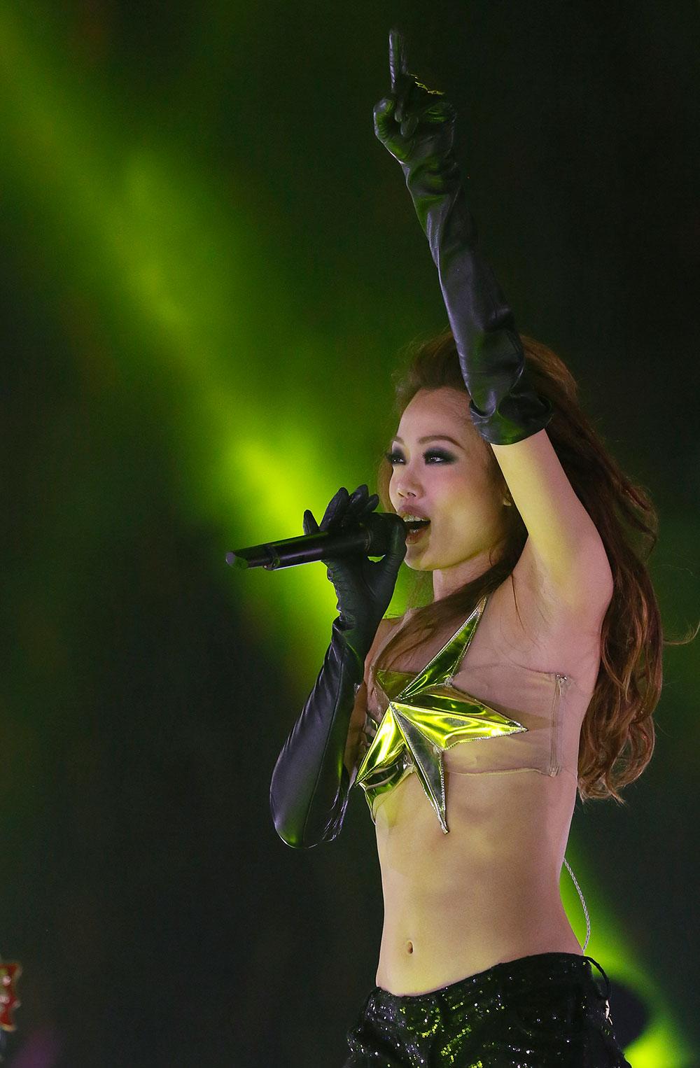 हाँगकॉगमधील एका कार्यक्रमात गायिका जो यंग....