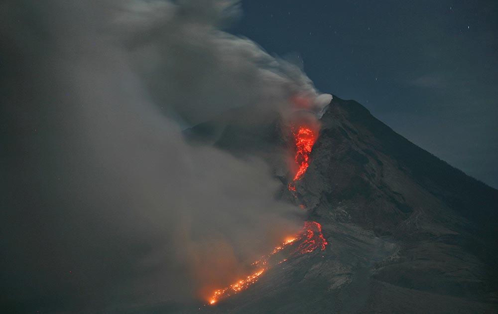 पर्वतरांगांमध्ये उसलेला ज्वालामुखी... इंडोनेशिया