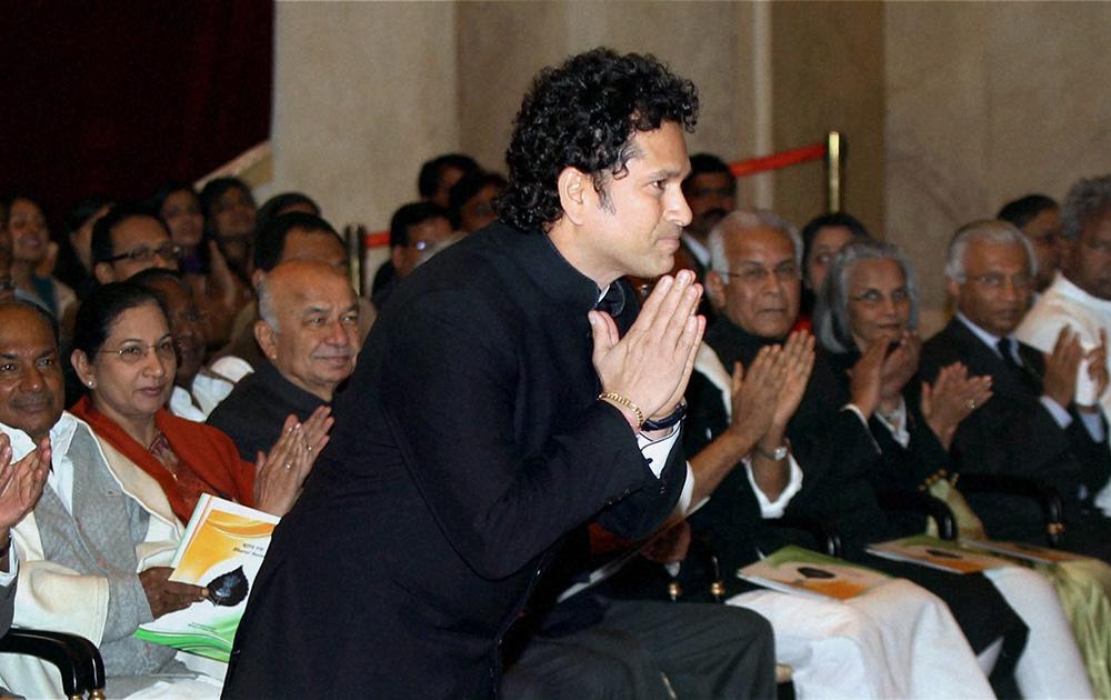 राष्ट्रपती प्रणव मुखर्जी यांच्या हस्ते देशातील सर्वोच्च नागरी पुरस्कारानं सचिन आणि प्रो. राव यांना गौरविण्यात आलं.