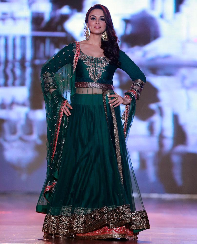 अभिनेत्री प्रीती झिंटा रॅम्पवर भारतीय डिझाईन्स दाखवतांना...