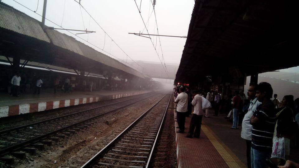सकाळी धुकं हळूहळू कमी होत होतं