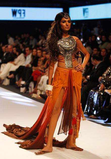 कराचीतील पाकिस्तान वीक फॅशनमध्ये पाकिस्तानी मॉडेल.