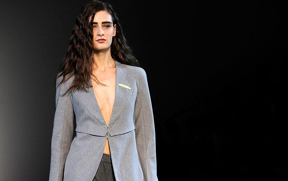 मिलन फॅशन वीकमध्ये एक मॉ़डेल