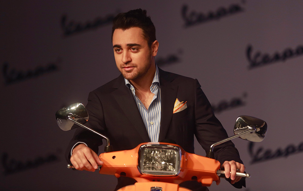मुंबईत व्हेस्पा स्कूटरच्या लॉन्चिंग वेळी अभिनेता इमरान खान