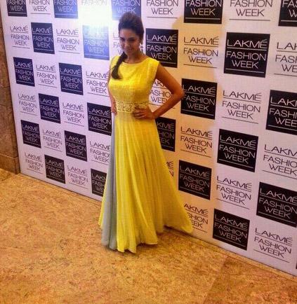अभिनेत्री इशा गुप्ता लॅक्मे फॅशन वीकसाठी आली तेव्हा...  Pic Courtesy: Twitter