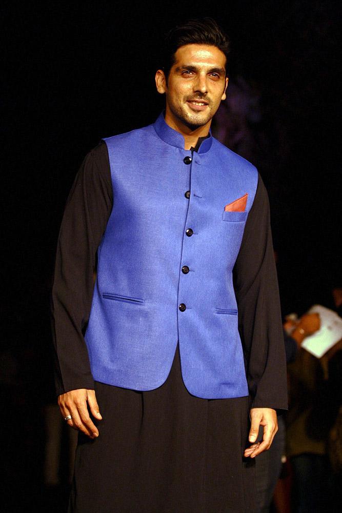 अभिनेता झायेद खान रॅम्पवर... मुंबईत लॅक्मे फॅशन वीकच्या उद्घाटनाच्या दिवशी...