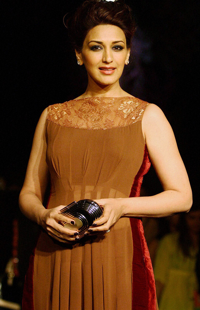 मुंबईत लॅक्मे फॅशन वीकच्या उद्घाटनाच्या दिवशी अभिनेत्री सोनाली बेंद्रे रॅम्पवर उतरली...