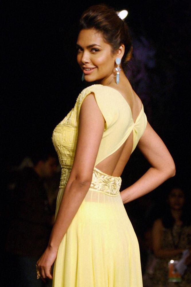 मुंबईत लॅक्मे फॅशन वीकच्या उद्घाटनाच्या दिवशी अभिनेत्री इशा गुप्ता रॅम्पवर उतरली...