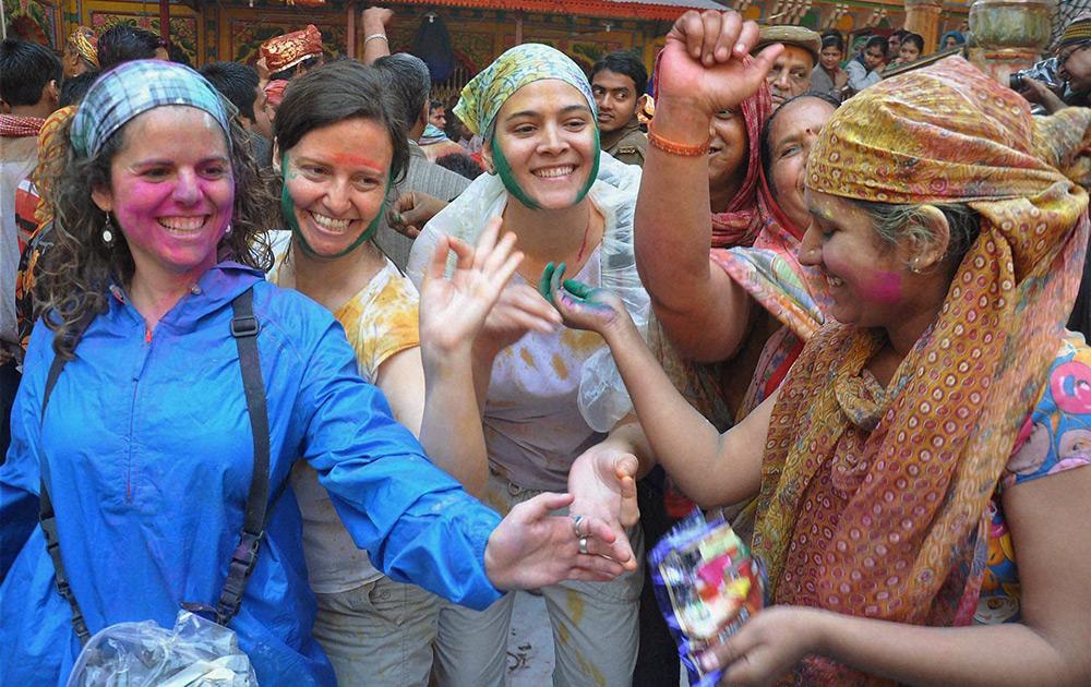 मथुरेच्या द्वारकाधीश मंदिरात या परदेशी महिलाही रंगोत्सवात सहभागी झाल्या...