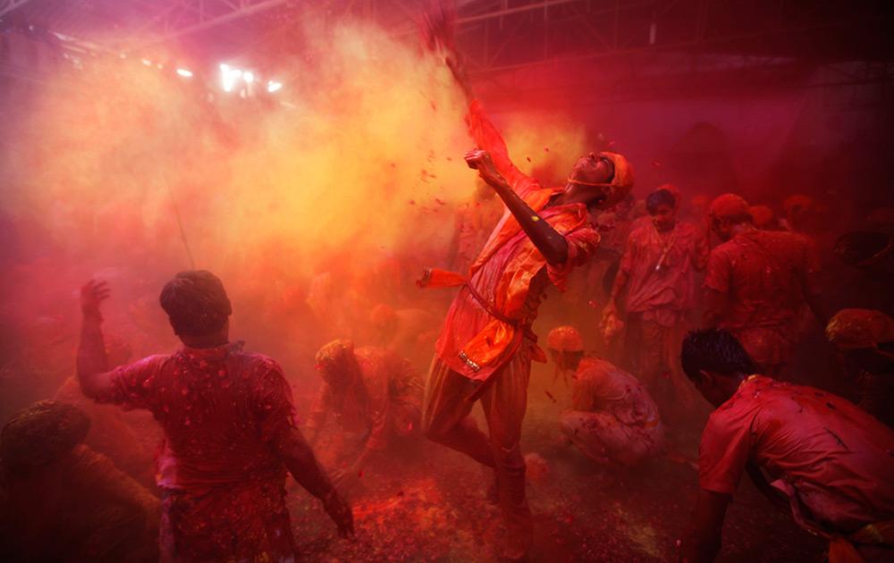 भगवान श्रीकृष्णाच्या नंदगाव इथं साजऱ्या होणाऱ्या प्रसिद्ध कृष्ण मंदिरात लाठमार होळी उत्सवात सहभागी झालेले हे गावकरी...