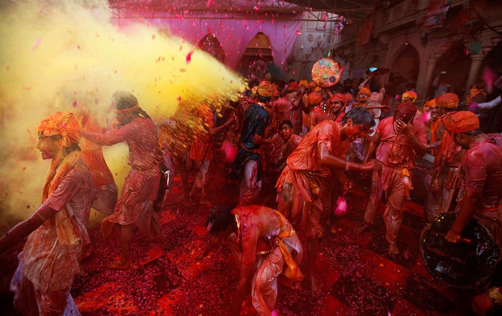 श्रीकृष्णच्या नगरीत आणि लाडत्या राधेच्या मंदिरात रंगांची उधळण करत रंगोत्सवाला सुरूवात झाली...