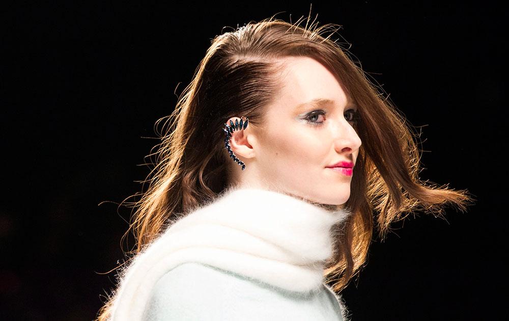 टोरंटो फॅशन वीक रॅम्पवर एक मॉडल