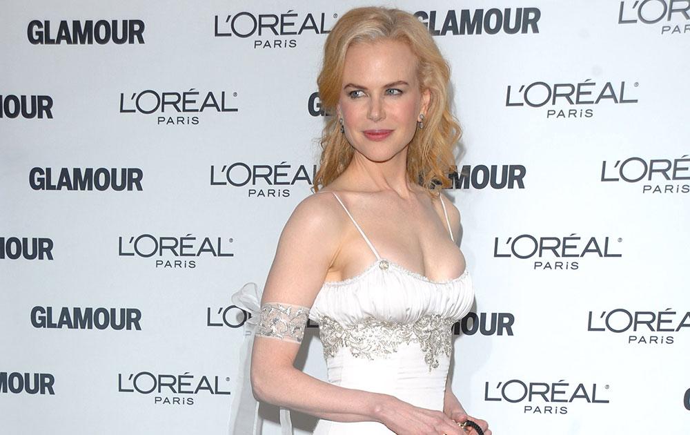 न्यूयॉर्कमधील कार्नेगी हॉलमध्ये एक पुरस्कार कार्यक्रमात रेन स्कॉट गाऊन परीधान केलेली अभिनेत्री निकोल किडमॅन.