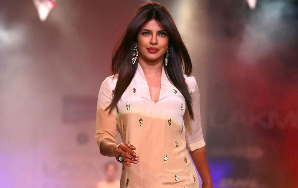 मुंबईत लक्मे फॅशन वीकमध्ये बॉलिवूड अभिनेत्री प्रियंका चोप्रा .