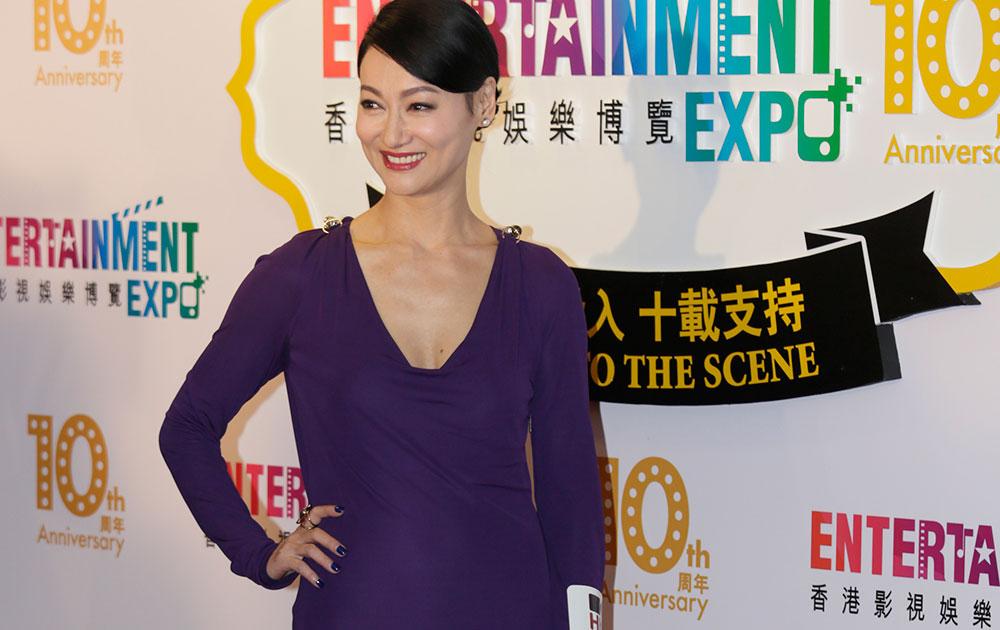 हाँगकाँगची अभिनेत्री कारा हुई हिने 38 व्या हाँगकाँग अांतरराष्ट्रीय फिल्म महोत्सवाच्या उद्घाटन कार्यक्रमाच्यावेळी छायाचित्रकारांना अशी पोझ दिली.