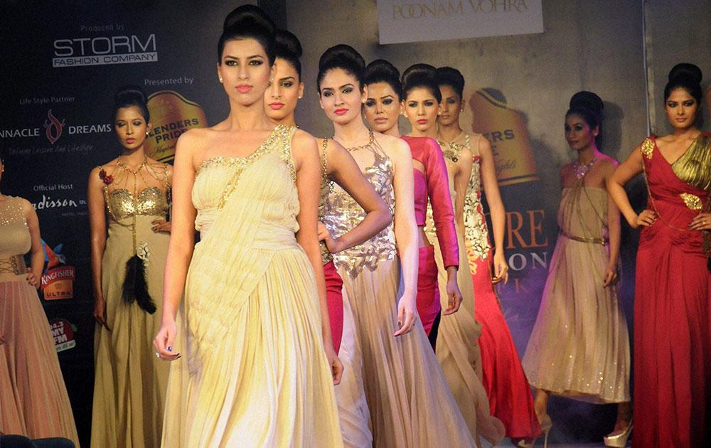 इंदोरमधील एका फॅशन्स शोमध्ये रॅम्प करताना मॉडेल