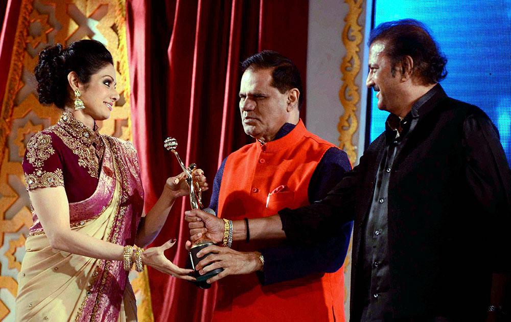 हैदराबाद येथे अभिनेत्री श्रीदेवी हिने एका कार्यक्रमाला खास उपस्थिती लावली. यावेळी तिचा गौवर खासदार तारिक रेड्डी यांनी केला.