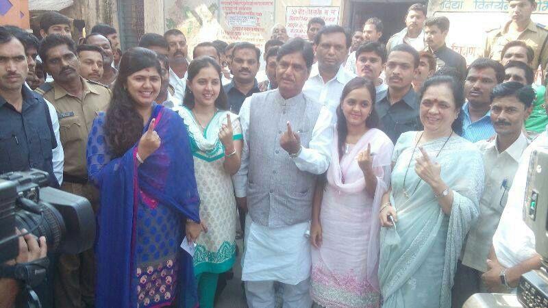 बीडमध्ये गोपीनाथ मुंडेंनी सहकुटुंब केलं मतदान...